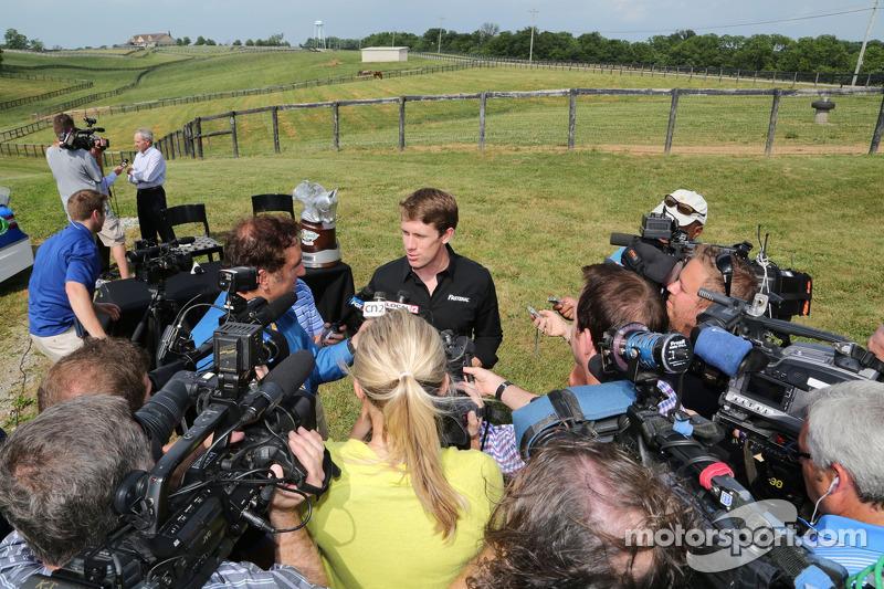 Carl Edwards Dreamfields Farm'da medya ile konuşuyor, Kentucky
