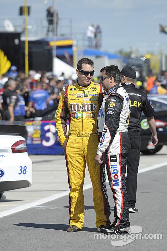 Kyle Busch, Joe Gibbs Racing Toyota et Tony Stewart, Stewart-Haas Racing Chevrolet