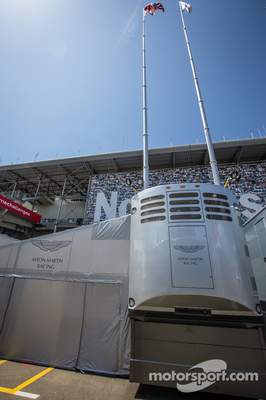 Área da Aston Martin Racing no paddock