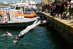 Andreas Mikkelsen dives into the harbour