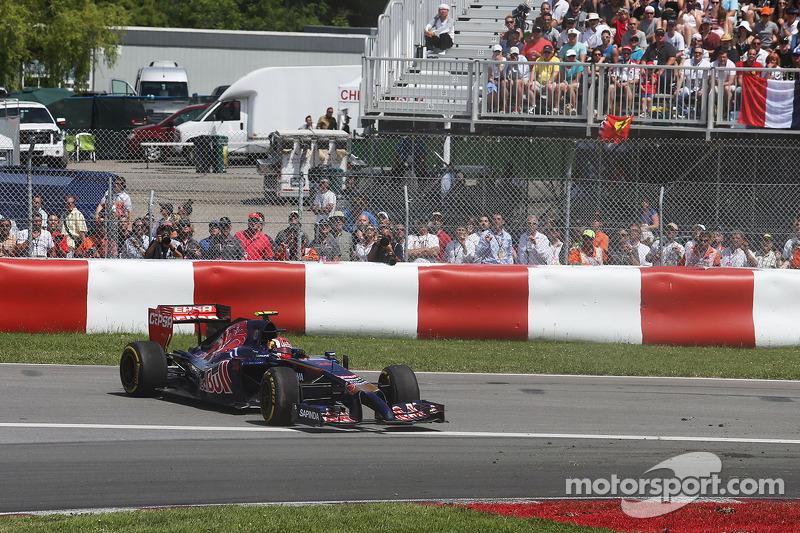 Daniil Kvyat, Scuderia Toro Rosso STR9 spinden kurtuluyor