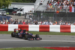 Daniil Kvyat, Scuderia Toro Rosso STR9 recovers from a spin