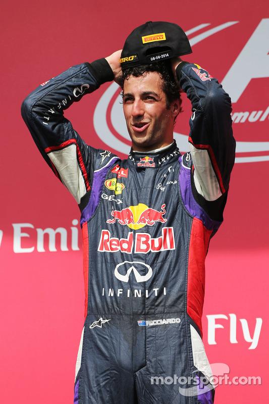 Vencedor da corrida Daniel Ricciardo, Red Bull Racing celebra no pódio