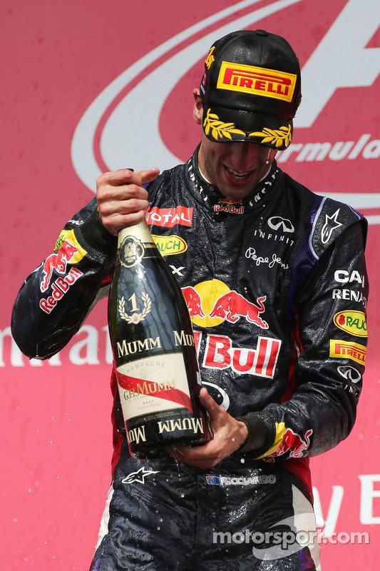 Vencedor da corrida Daniel Ricciardo, Red Bull Racing celebra com champanhe no pódio