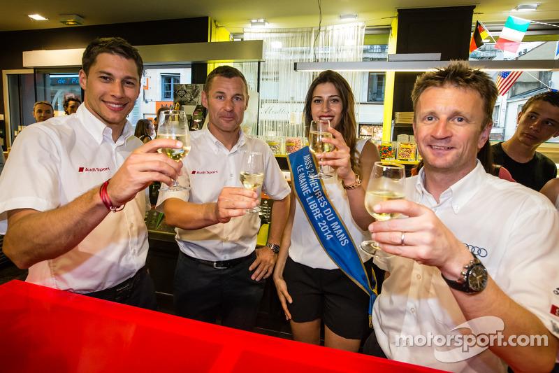 El izi seremonisi: 2013 24 Saat Le Mans Kazanan Loic Duval, Tom Kristensen ve Allan McNish ve Miss 2