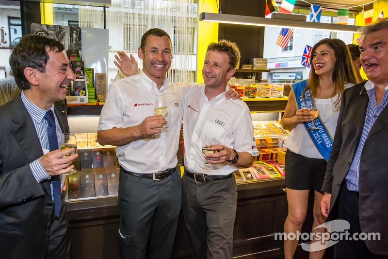 El izi seremonisi: 2013 24 Saat Le Mans Kazanan Tom Kristensen ve Allan McNish ve Miss 24 Saat Le Ma