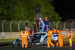 由埃里克斯·麦克多维、欧阳若曦、费尔南多·利斯驾驶的阿斯顿马丁车队99号阿斯顿马丁Vantage V8事故清理