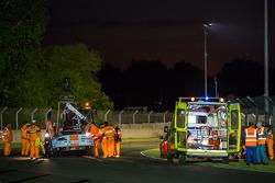 医疗官员在费尔南多·里斯周三晚上撞车后前来救治