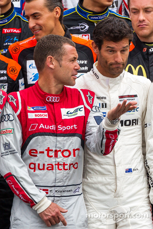 Tom Kristensen parlan con Mark Webber durante la foto dei piloti