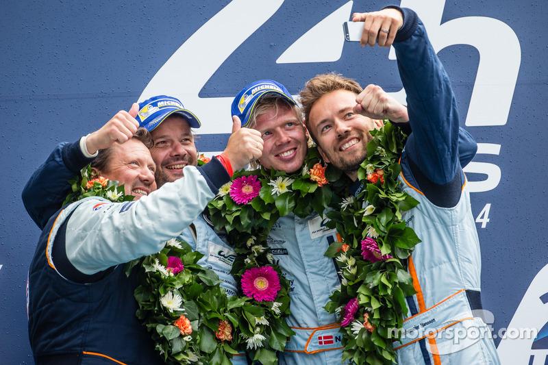 """Кристиан Поульсен, Ники Тим и Давид Хайнемайер Ханссон. """"24 часа Ле-Мана"""", воскресенье, после гонки."""