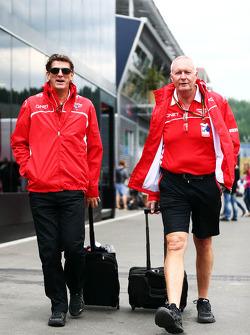 (从左至右): 格雷厄姆·洛登, 玛鲁希亚 F1车队 首席执行官 和 约翰·布斯, 玛鲁希亚 F1车队 车队领队