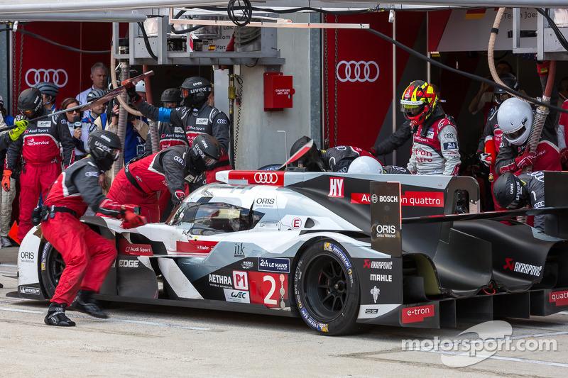 Final driver change for the #2 Audi Sport Team Joest Audi R18 E-Tron Quattro: Marcel Fässler, Andre Lotterer, Benoit Tréluyer