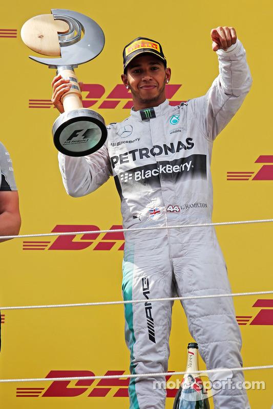 Lewis Hamilton, Mercedes AMG F1, comemora sua segunda posição no pódio