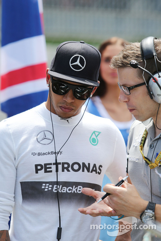 Lewis Hamilton, Mercedes AMG F1, no grid com Peter Bonnington, engenheiro da Mercedes AMG F1