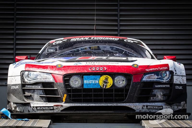 El auto ganador, el #4 Phoenix Racing Audi R8 LMS ultra, en el podio de autos.