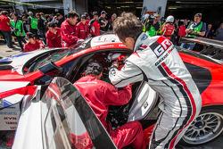 丰田汽车集团CEO和主席Akio Toyoda,在#48 Gazoo Racing,雷克萨斯LFA的最后一个赛段中