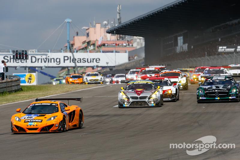 Via: #66 Dörr Motorsport McLaren MP4-12C: Kevin Estre, Peter Cox, Tim Mullen, Sascha Bert al comando del gruppo