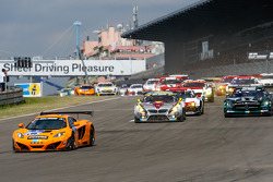 Start: #66 Dörr Motorsport McLaren MP4-12C: Kevin Estre, Peter Cox, Tim Mullen, Sascha Bert leads the field