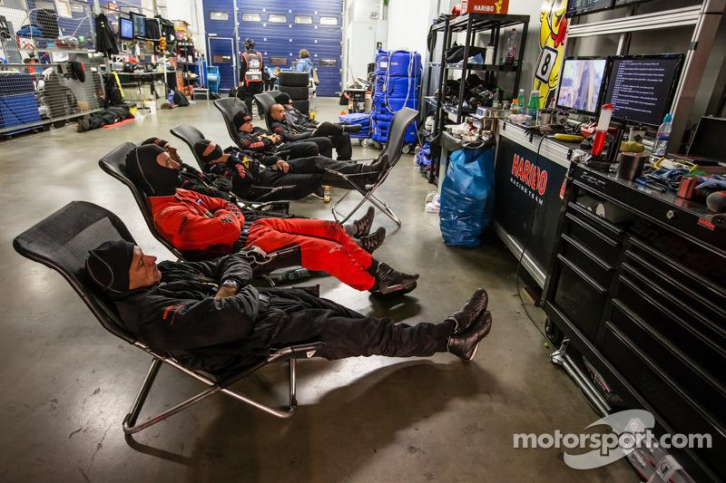 I membri del team Haribo Racing si riposano tra pit stop
