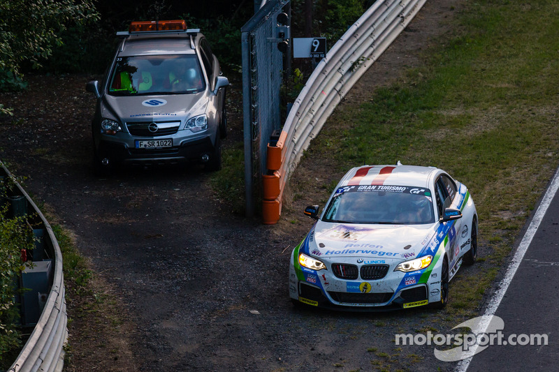 #305 Medilikke Motorsport 宝马 M235i Racing: Michael Hollerweger, 吉拉德·费舍尔, 迈克尔·费舍尔 stopped on track