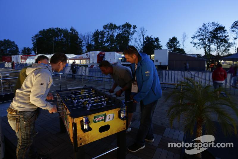 I membri del team giocano a biliardino