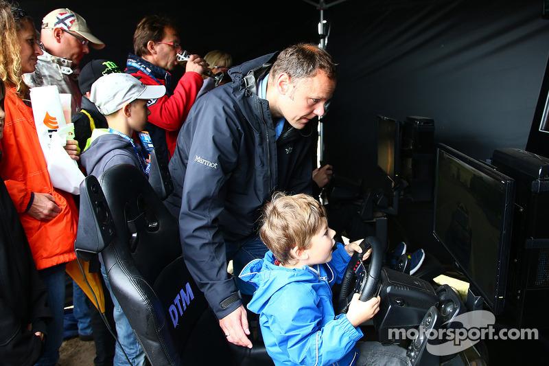 Giovani fan al simulatore