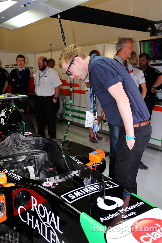 Ricky Wilson, cantor do Kaiser Chiefs, com a Sahara Force India F1 Team
