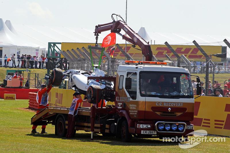 La Williams FW36 di Susie Wolff, pilota collaudatrice Williams, viene portata di nuovo ai box sul retro di un camion