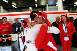 Jules Bianchi, Marussia F1 Team festeggia durante le qualifiche con Sasha Cheglakov, Proprietario Marussia Team