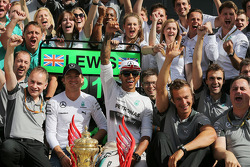 Race winner Lewis Hamilton, Mercedes AMG F1 celebrates with team mate Nico Rosberg, Mercedes AMG F1 and the team