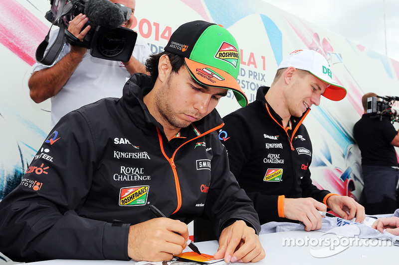 Sergio Perez, Sahara Force India F1, e Nico Hulkenberg, Sahara Force India F, firmano autografi ai fan