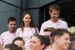迈凯轮车队的简森·巴顿,女友道端杰西卡和车队一起穿上粉红色,悼念去世的约翰·巴顿