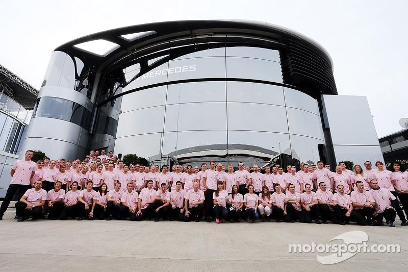 Il team McLaren e la famiglia Button indossano Pink for Papa, in omaggio a John Button