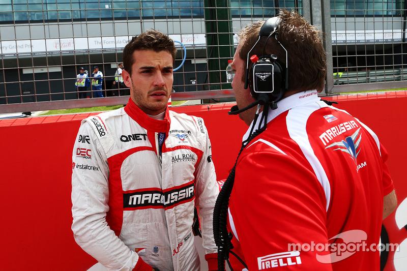 玛鲁西亚F2车队的朱尔斯·比安奇和玛鲁西亚F1车队工程师代夫·格林伍德在发车区
