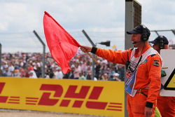 一名赛道工作人员挥舞着红旗预示比赛终止