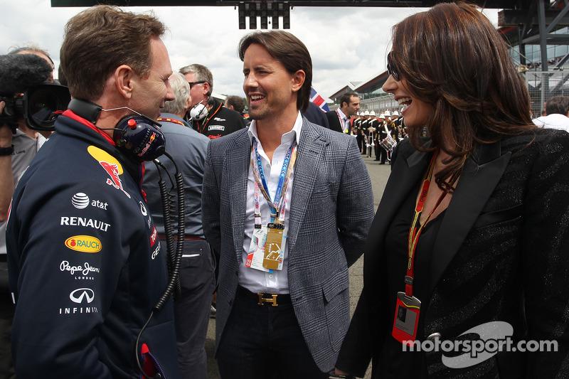 红牛车队车队经理克里斯蒂安·霍纳与杰伊·拉特兰和他的妻子塔玛拉·埃克莱斯顿在发车区