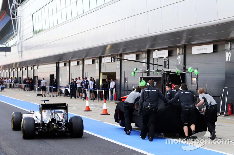 La Mercedes AMG F1 W05 di Lewis Hamilton, Mercedes AMG F1 viene porata di nuovo ai box