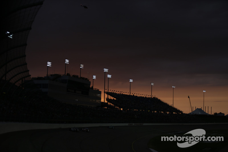 Il sole tramonta su la Iowa Speedway