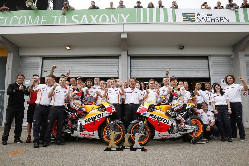 Il team Repsol Honda festeggia il primo e secondo posto per Marc Marquez e Dani Pedrosa