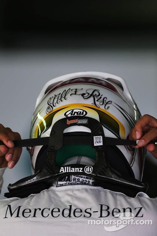 Lewis Hamilton, Mercedes AMG F1, com capacete e dispositivo HANS