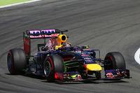 Sebastian Vettel, Red Bull Racing RB10 ön kanatta akışı gösteren boyayla birlikte