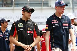 (Soldan Sağa): Pastor Maldonado, Lotus F1 Takımı ve Daniil Kvyat, Scuderia Toro Rosso pilot geçiş töreninde
