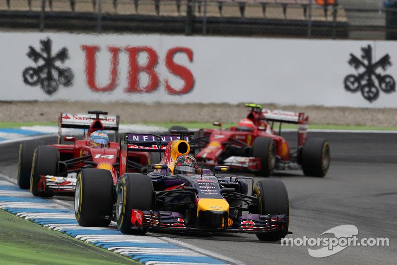 Sebastian Vettel, Red Bull Racing RB10 lidera a Fernando Alonso, Ferrari F14-T y a Kimi Raikkonen, Ferrari F14-T