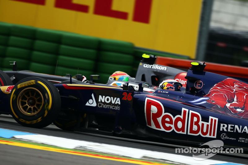 Daniil Kvyat, Scuderia Toro Rosso STR9 ve Esteban Gutierrez, Sauber C33 pozisyon için mücadele ediyo