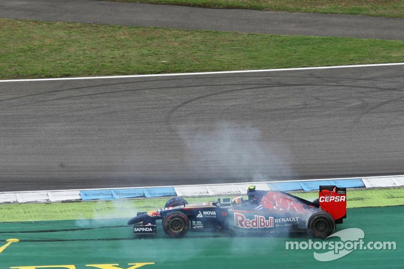 Daniil Kvyat, Scuderia Toro Rosso STR9 gira después del contacto con Sergio Pérez, Sahara Force Indi