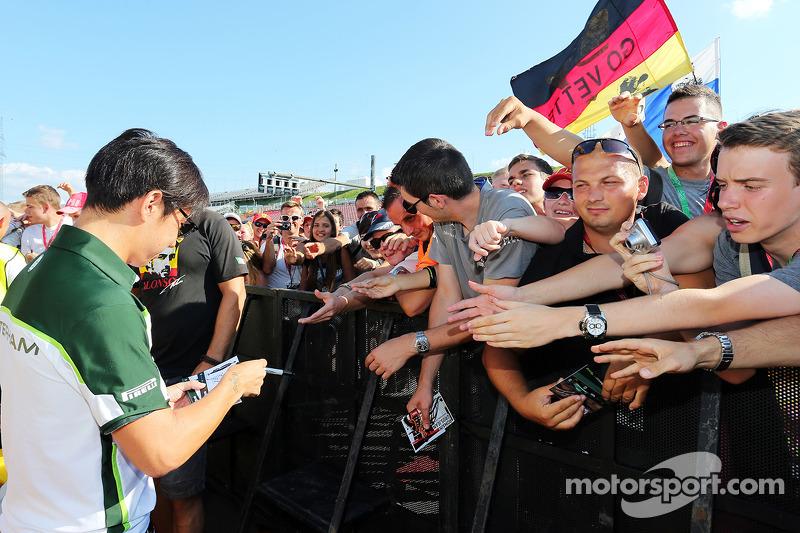 卡特汉姆F1车队的小林可梦伟为车迷签名