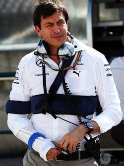 Toto Wolff, Mercedes AMG F1 Socio e direttore esecutivo con ferite riportate in un incidente in bicicletta