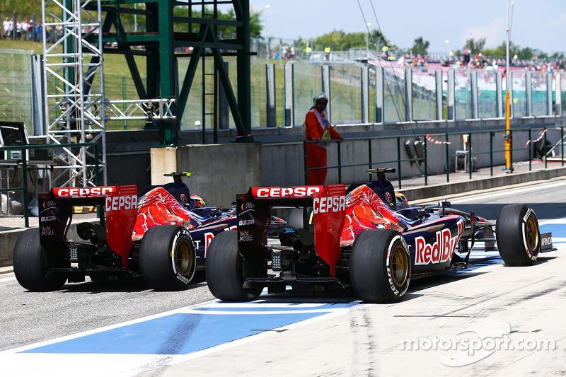 Daniil Kvyat, Scuderia Toro Rosso STR9 and Jean-Eric Vergne, Scuderia Toro Rosso STR9 in the pits
