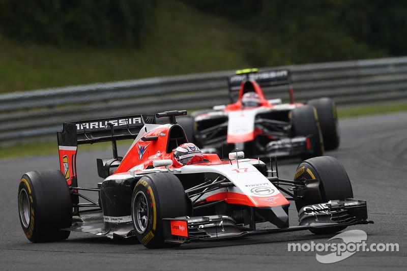 玛鲁西亚F1车队MR03赛车车手朱尔斯·比安奇领先玛鲁西亚F1车队MR03车手马克斯·齐尔顿