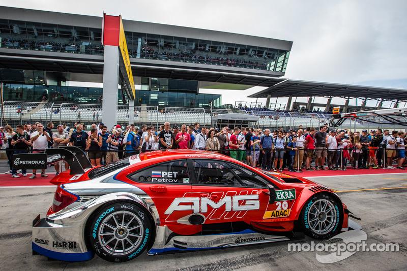 carro de Vitaly Petrov, Mücke Motorsport DTM Mercedes AMG C-Coupé nos boxes